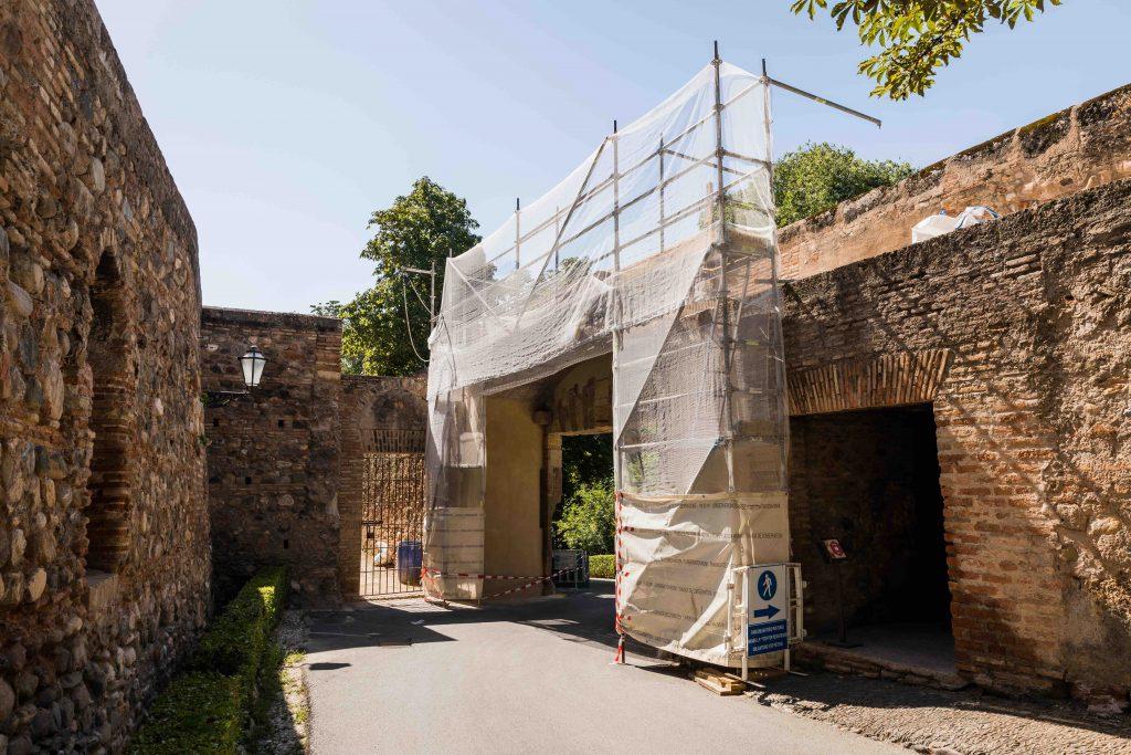 La Alhambra impermeabiliza la parte superior de la puerta de los Carros